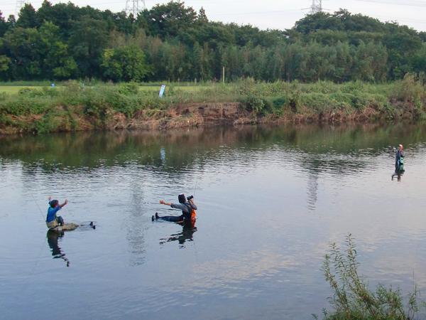 川中のテトラを椅子にバンザイ姿のGreen Cherokeeさんとmihiroさん 撮影:うおさん